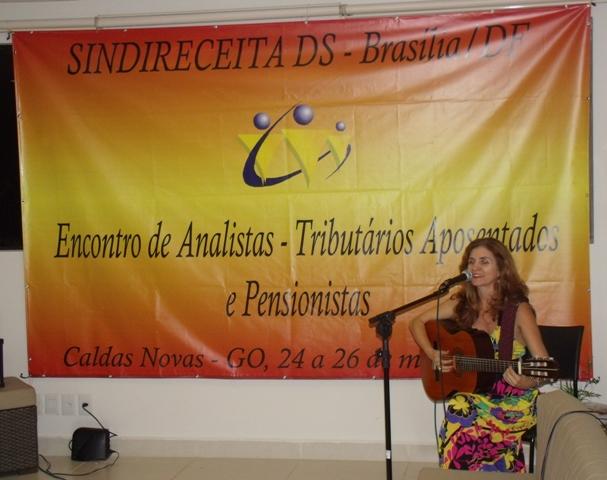 Recital de violão e canções interpretadas pela artista Sandra Garrido