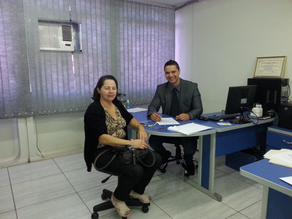 Cleyton Cavalcante orientendo colega aposentada.
